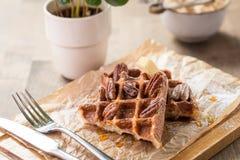 Waffles belgas tradicionais com xarope e manteiga Fotografia de Stock Royalty Free