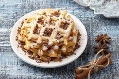 Waffles caseiros com chocolate e açúcar pulverizado imagem de stock