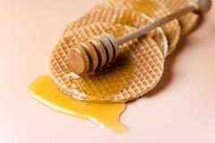 Waffles caseiros com Honey Holland Stroopwafel Tasty Waffles imagem de stock royalty free