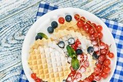 Waffles com as bagas frescas na tabela Fotos de Stock