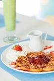 Waffles com atolamento de morango Foto de Stock