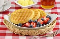 Waffles com bagas frescas Imagens de Stock