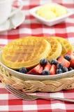 Waffles com bagas frescas Fotografia de Stock Royalty Free