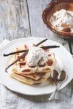 Waffles com baunilha e gelado Imagens de Stock