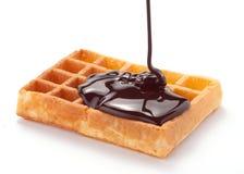 Waffles com chocolate derretido fotografia de stock
