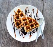 Waffles com chocolate derretido Imagens de Stock Royalty Free