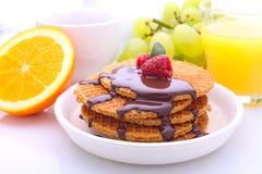 waffles com chocolate e framboesas, uvas, chá e suco de laranja Fotografia de Stock