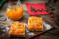Waffles com doce do pêssego Fotografia de Stock
