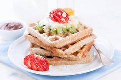 Waffles com farinha e frutos do wholewheat em uma placa branca Imagens de Stock Royalty Free