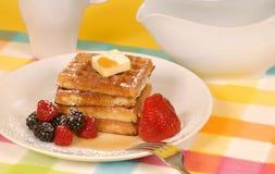 Waffles com fruta e powdere foto de stock royalty free