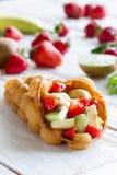 Waffles com frutas Fotos de Stock Royalty Free