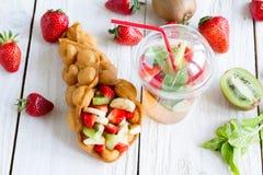 Waffles com frutos e limonada Fotografia de Stock Royalty Free