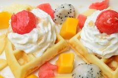 Waffles com frutos frescos e creme Imagem de Stock Royalty Free