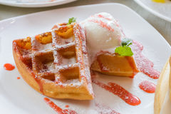 Waffles com gelado Imagens de Stock Royalty Free