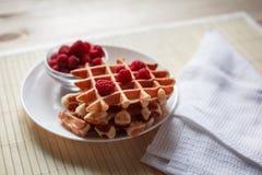 Waffles com mel, doce, e bagas em uma placa branca Imagens de Stock Royalty Free