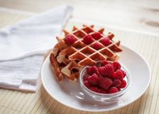 Waffles com mel, doce, e bagas em uma placa branca Imagens de Stock