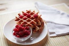 Waffles com mel, doce, e bagas em uma placa branca Imagem de Stock