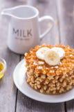Waffles com mel e uma banana para o café da manhã Foto de Stock