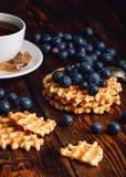 Waffles com mirtilo e copo do chá Imagens de Stock Royalty Free