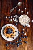 Waffles com mirtilo e copo do chocolate quente Imagens de Stock