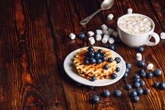 Waffles com mirtilo e xícara de café Foto de Stock Royalty Free