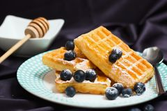 Waffles com mirtilos fotos de stock royalty free