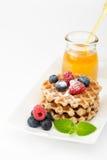 Waffles com mirtilos, framboesas e mel Pequeno almoço saudável Imagem de Stock