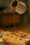 Waffles com molho de chocolate fotografia de stock royalty free