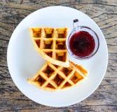 Waffles com molho fresco do mirtilo Imagem de Stock