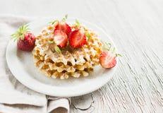 Waffles com morangos em uma placa branca Fotografia de Stock Royalty Free