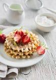 Waffles com morangos em uma placa branca Fotografia de Stock