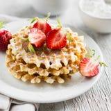 Waffles com morangos em uma placa branca Imagem de Stock Royalty Free