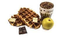 Waffles com os feijões do chocolate e do coffe Isolado Fotos de Stock