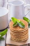 Waffles com pastilha de hortelã e chá com leite Foto de Stock Royalty Free