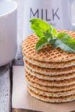 Waffles com pastilha de hortelã e chá com leite para o café da manhã Fotos de Stock Royalty Free