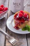 Waffles com pastilha de hortelã e chá com leite para o café da manhã Imagens de Stock Royalty Free