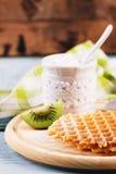 Waffles com um pó do açúcar e partes de quivi Fotos de Stock