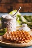 Waffles com um pó do açúcar e partes de quivi Foto de Stock