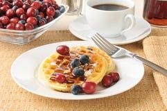 Waffles com uvas-do-monte e airelas Imagens de Stock