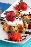 Waffles da morango com creme Foto de Stock