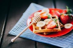 Waffles da morango e da banana na placa Foto de Stock