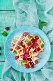 Waffles de Bélgica com framboesas e xarope imagem de stock royalty free