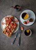 Waffles de Bélgica com a morango no fundo escuro Conceito do estilo de vida saudável fotografia de stock