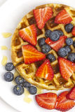 Waffles do café da manhã com bagas e xarope de bordo Foto de Stock Royalty Free