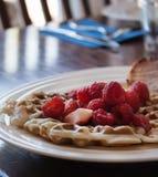 Waffles do café da manhã da morango e da framboesa Fotografia de Stock Royalty Free