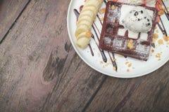 Waffles do chocolate com gelado de baunilha, banana, chantiliy Imagens de Stock Royalty Free
