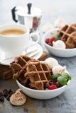 Waffles do chocolate com merengues e café Fotografia de Stock Royalty Free
