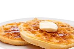 Waffles do pequeno almoço com manteiga e xarope Foto de Stock