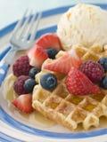 Waffles doces com gelado e xarope das bagas Foto de Stock