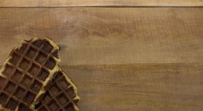 Waffles doces na mesa de madeira Foto de Stock